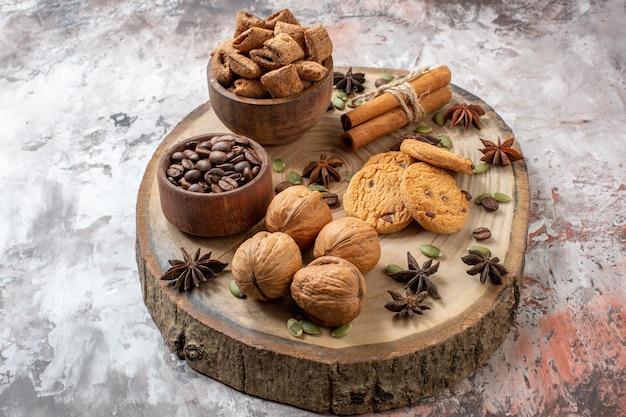 밝은 배경 설탕 차 색상 쿠키 달콤한 코코아 케이크에 커피와 호두를 곁들인 전면 보기 달콤한 비스킷