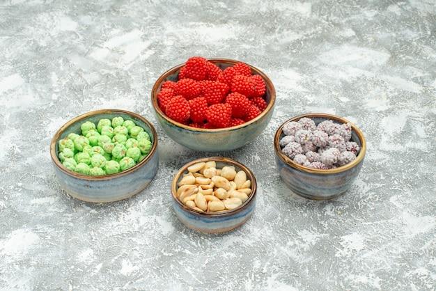 Caramelle dolci di vista frontale con i dadi su uno spazio bianco