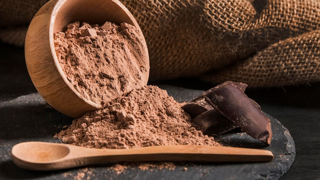 Вид спереди сладкого шоколада на темной доске крупным планом c