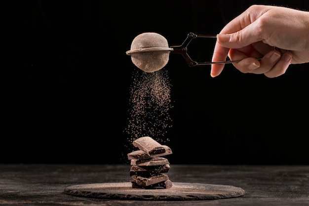 暗いボード上の正面甘いチョコレート組成