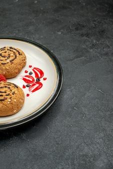 正面図甘いクッキー灰色のスペースでお茶のためのおいしいお菓子
