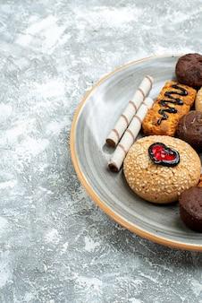 空白のプレート内の正面図の甘いクッキー