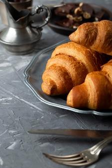 Disposizione dei croissant dolci di vista frontale