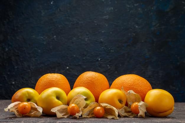 Вид спереди сладкие спелые абрикосы оранжевого цвета с апельсинами и вкусными летними фруктами физализа на коричневом