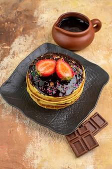 나무 책상에 초코 입힌 전면보기 달콤한 팬케이크