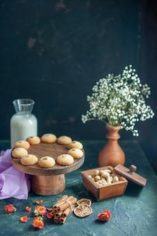 Biscotti dolci e gustosi vista frontale sulla superficie blu scuro