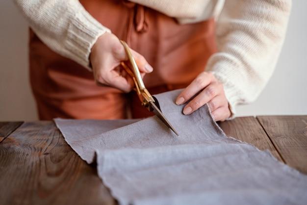 Портной, вид спереди, режущий ткань