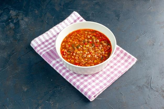 진한 파란색 벽에 접시 안에 전면보기 맛있는 콩 수프 샐러드 접시 컬러 음식 칼로리 식사