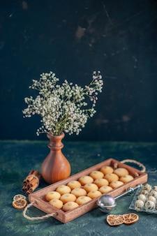 Biscotti gustosi vista frontale su superficie scura