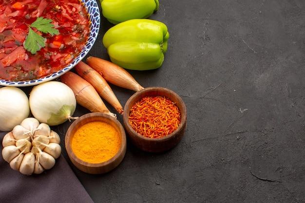Вид спереди вкусный борщ украинский свекольный суп со свежими овощами на темном пространстве