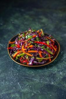 Vista frontale gustosa insalata di cavolo sullo sfondo scuro cibo vacanza dieta salute pasto pranzo spuntino pane