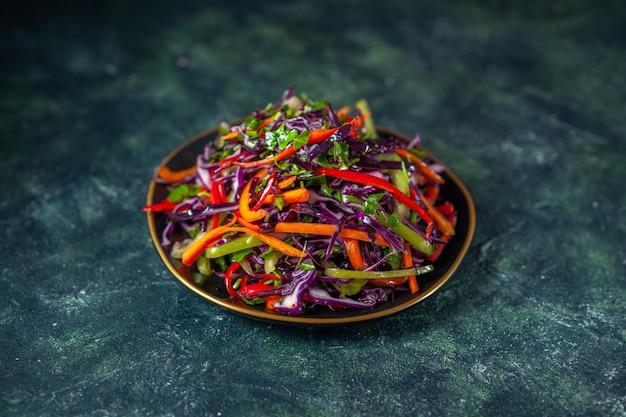 暗い背景の正面図おいしいキャベツサラダ食品休日ダイエット健康食事ランチスナックパン