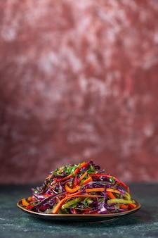 暗い背景の正面図おいしいキャベツサラダ休日ダイエット健康食事昼食スナックパン食品
