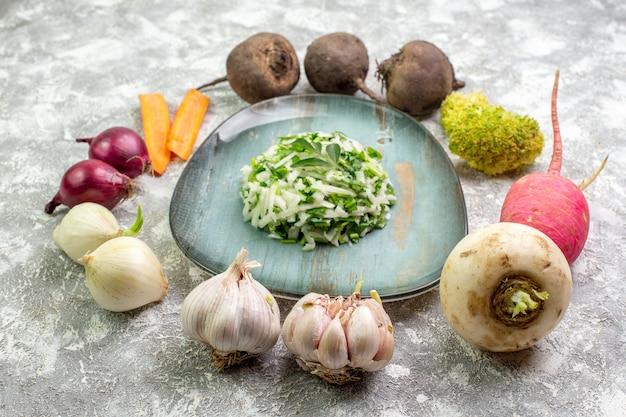 Вкусный салат из капусты со свежими овощами, вид спереди