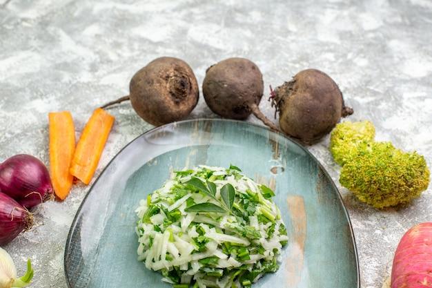Vista frontale gustosa insalata di cavolo con verdure fresche