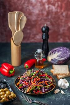正面図暗い背景にオリーブとおいしいキャベツサラダ休日ダイエット健康食事ランチスナックパン食品