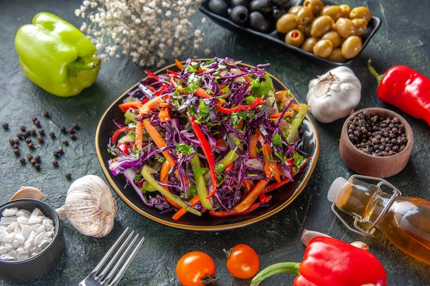 正面図暗い背景にオリーブとおいしいキャベツサラダ食事健康パンスナックダイエットランチホリデーフード