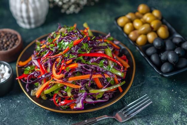 正面図暗い背景にオリーブとおいしいキャベツサラダ食事休日ダイエットパン食品ランチスナック野菜