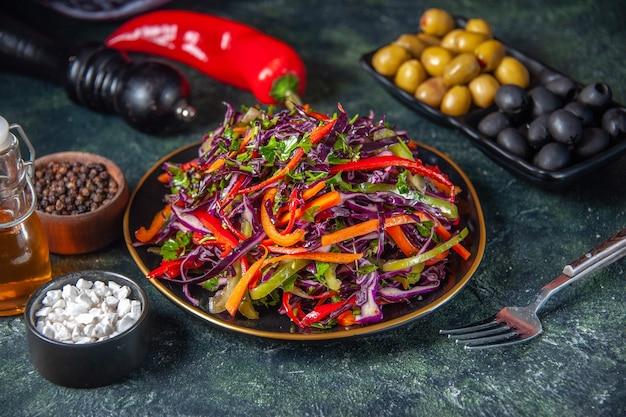 正面図暗い背景にオリーブとおいしいキャベツサラダスナック食事休日ダイエット健康パン食品ランチ野菜