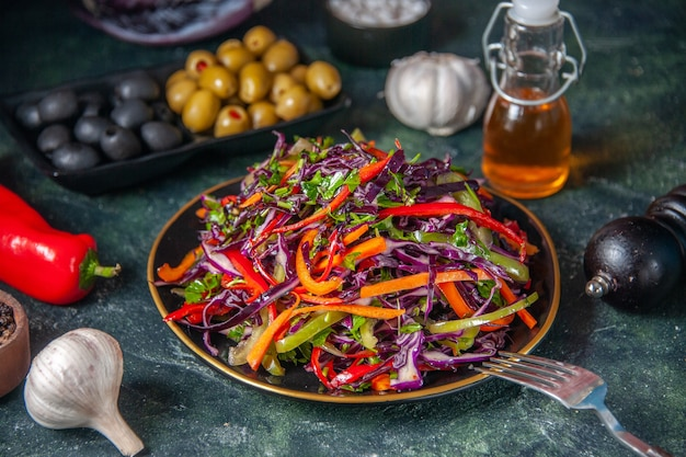 正面図暗い背景にオリーブとおいしいキャベツサラダスナック食事休日ダイエット健康パンランチ野菜