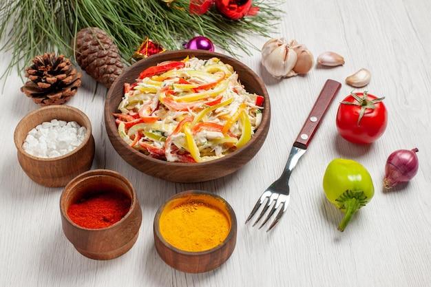 Vista frontale gustosa insalata di pollo con condimenti su insalata di snack di pasti freschi di carne bianca da scrivania