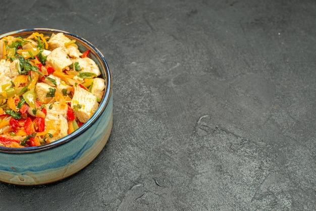 Вид спереди вкусный куриный салат с овощами на темном столе здоровый салат спелая диета
