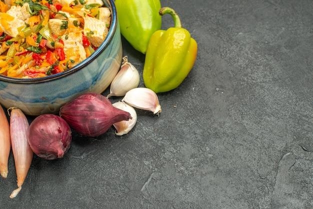 Вид спереди вкусный куриный салат с овощами на темном столе спелая здоровая диета