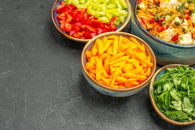 어두운 테이블 샐러드 건강 다이어트에 야채와 함께 전면보기 맛있는 치킨 샐러드