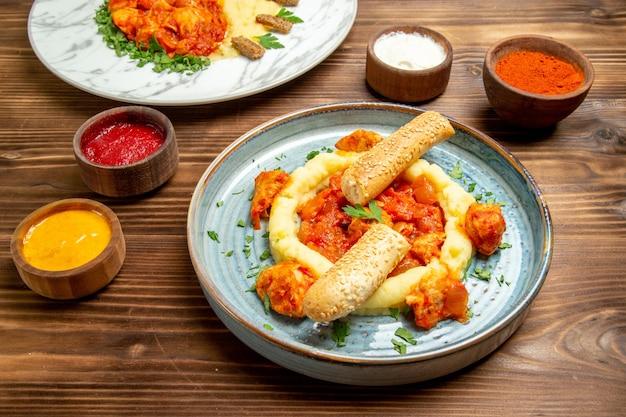 ブラウン デスク皿の食事ディナー肉ジャガイモのマッシュ ポテトと正面のおいしいチキン スライス