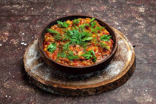 正面図おいしい調理済みの食事は、スライスした野菜と緑で構成されています