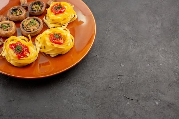 어두운 테이블 식사 저녁 식사 음식에 반죽 파스타와 전면보기 맛있는 요리 버섯