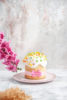 Вид спереди вкусный пасхальный кулич с цветами на белом фоне концепция новруз красочный богато украшенный весенний цвет