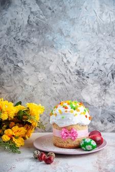 Вид спереди вкусный пасхальный пирог с крашеными яйцами внутри тарелки на белой поверхности десерт весна богато украшенный сладкий красочный пирог мульти группа пасха