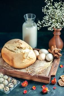 暗い表面に卵とミルクが入ったおいしい焼きたてのパンの正面図