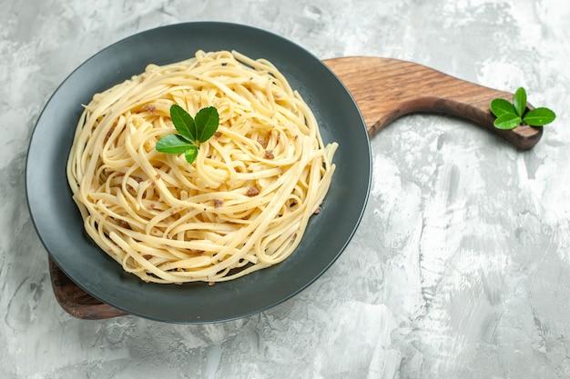 Vista frontale gustosa pasta italiana su pasta di foto cibo piatto pasto di colore chiaro