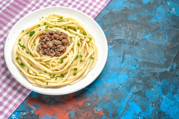 Вид спереди вкусная итальянская паста с мясным фаршем на голубом блюде, мясное тесто, цветная еда