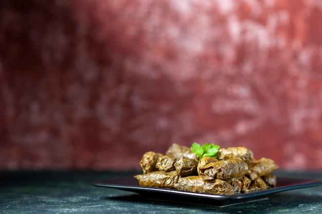 전면보기 어두운 배경에 접시 안에 맛있는 잎 돌마 칼로리 오일 저녁 식사 음식 레스토랑 식사 샐러드 요리 고기