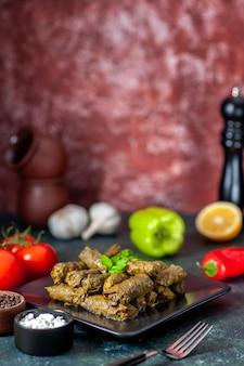 전면보기 어두운 배경에 토마토와 맛있는 잎 돌마 칼로리 오일 저녁 식사 음식 샐러드 요리 고기 레스토랑 식사