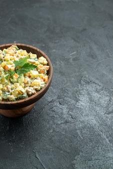 회색 표면에 갈색 접시 안에 전면보기 맛있는 mayyonaise 샐러드 스낵 점심 식사 음식 샐러드