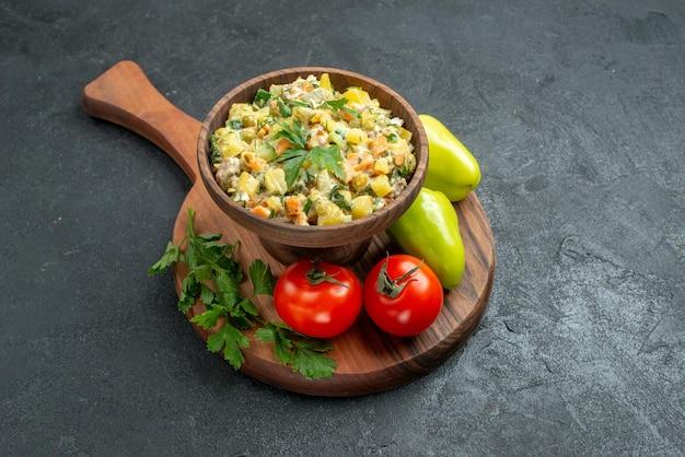 회색 표면 샐러드 건강 식사 접시에 신선한 야채와 채소와 함께 전면보기 맛있는 mayyonaise 샐러드