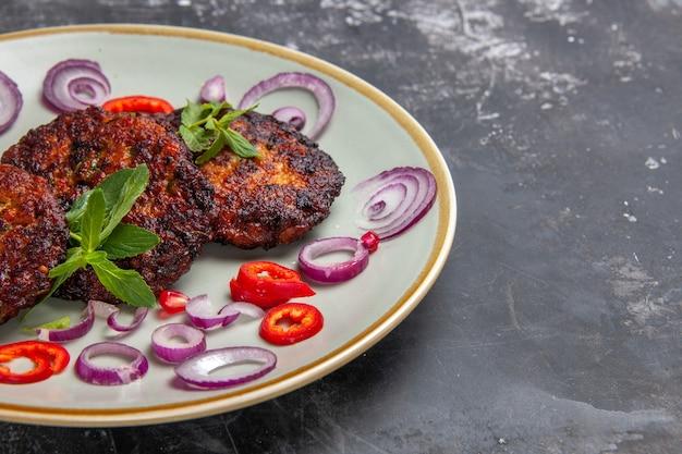 オニオンリング付きのおいしい肉カツレツの正面図