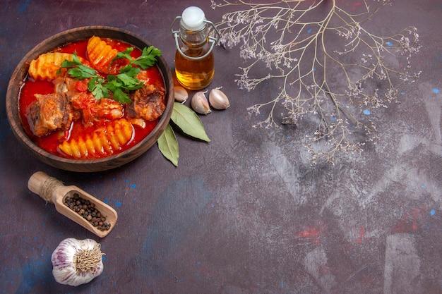 正面図暗い表面の皿スープ食品ディナーソースに油を使ったおいしい肉汁