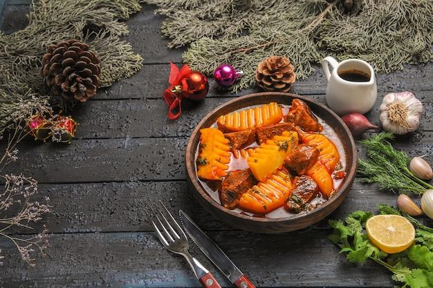 어두운 책상 음식 접시 나무 수프에 채소와 감자와 함께 전면보기 맛있는 고기 수프