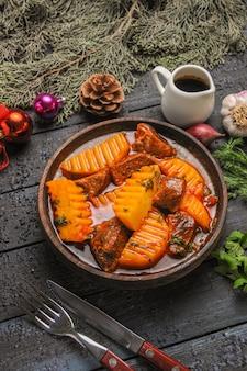 어두운 테이블 음식 접시 나무 수프에 채소와 감자와 함께 전면보기 맛있는 고기 수프