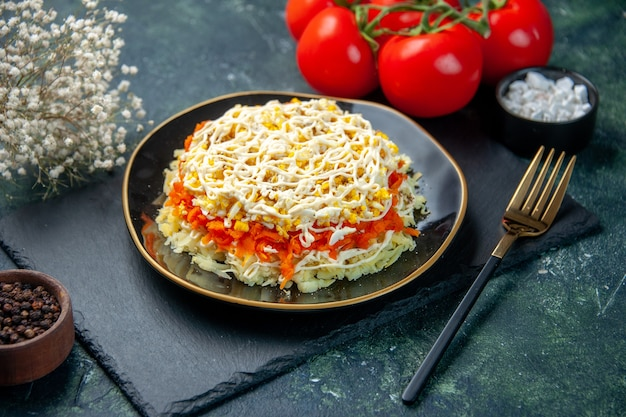 진한 파란색 배경에 접시 안에 전면보기 맛있는 미모사 샐러드