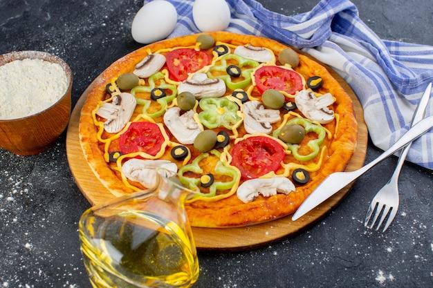 Вид спереди вкусная грибная пицца с красными помидорами, болгарским перцем, оливками и грибами