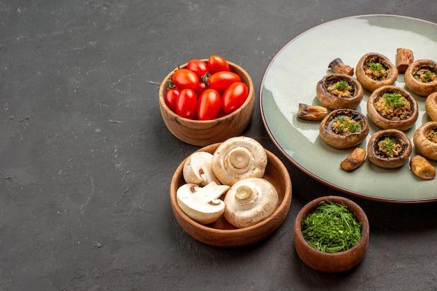 正面図暗い背景に新鮮な野菜とトマトを使ったおいしいキノコの食事料理ディナーミール料理のキノコ