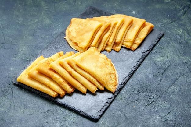 Pancake gustosi vista frontale sulla superficie blu