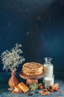 紺色の表面においしいパンケーキを正面から見る