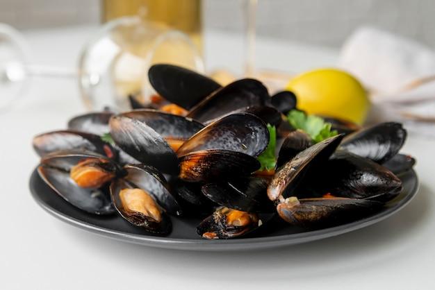 Vista frontale del gustoso piatto di frutti di mare